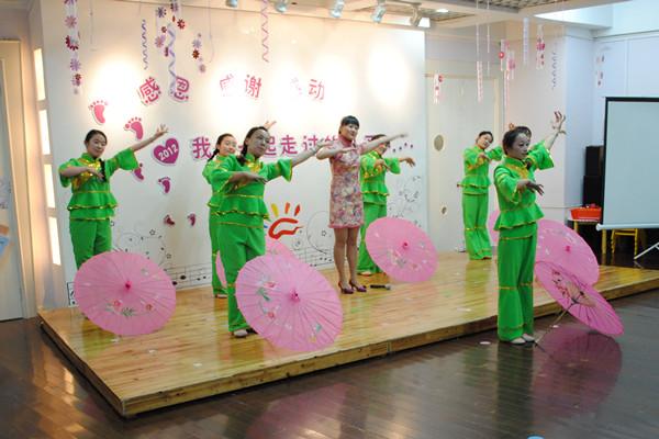 幼儿园教师表演歌舞《荷塘月色》